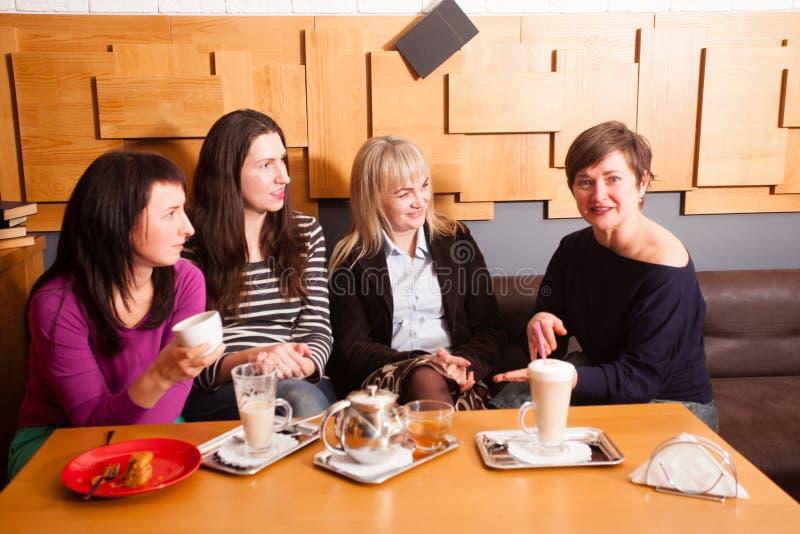 Amigos informais da reunião no café fotos de stock royalty free