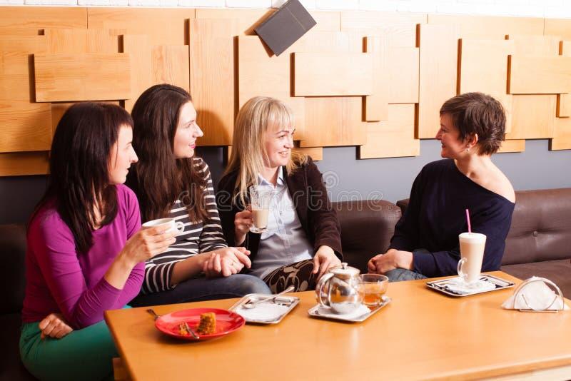 Amigos informais da reunião no café imagens de stock