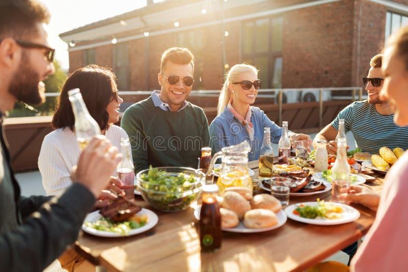 Amigos jantando ou festejando no telhado imagens de stock royalty free