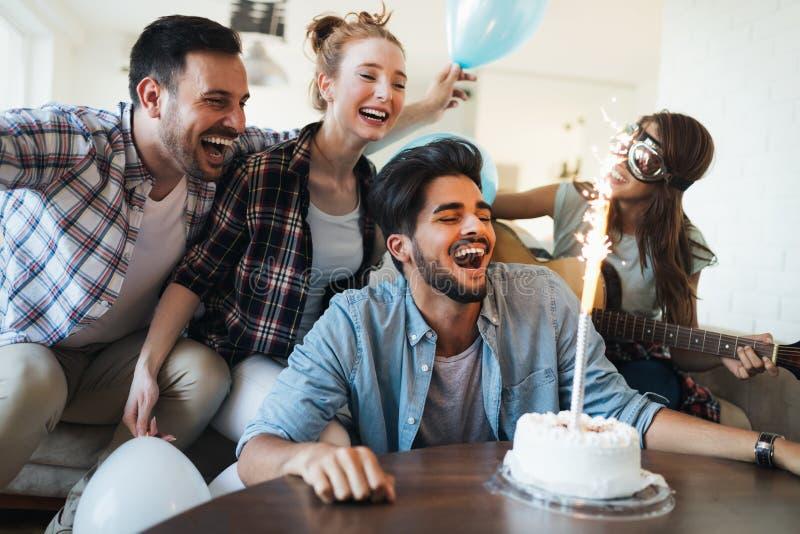 Amigos jovenes alegres que se divierten en partido imágenes de archivo libres de regalías