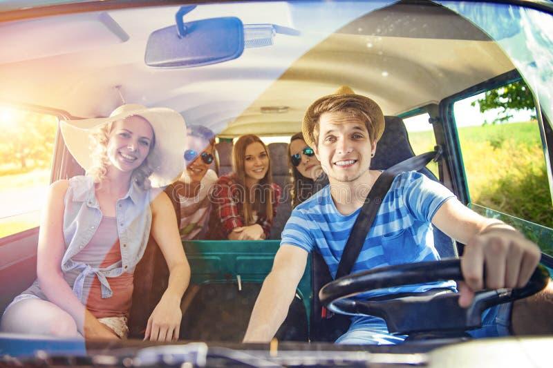 Amigos jovenes del inconformista en viaje por carretera fotografía de archivo libre de regalías