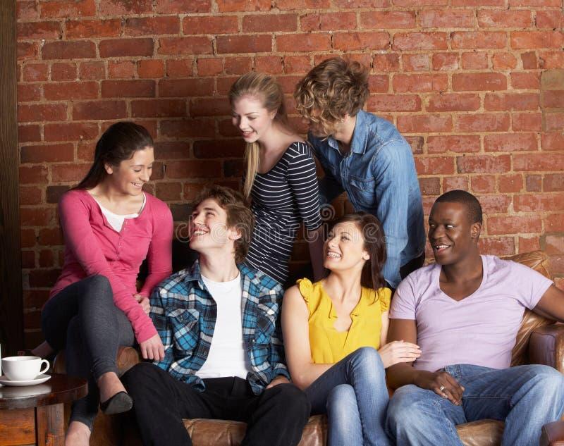 Amigos jovenes en café foto de archivo