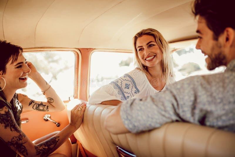 Amigos jovenes que viajan por un coche imágenes de archivo libres de regalías
