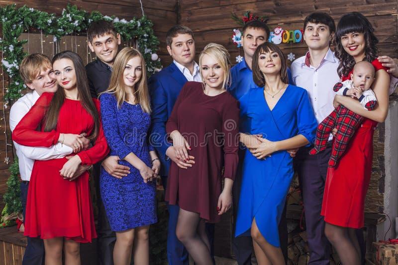 Amigos jovenes y felices hermosos del grupo de personas junto a la Navidad foto de archivo libre de regalías
