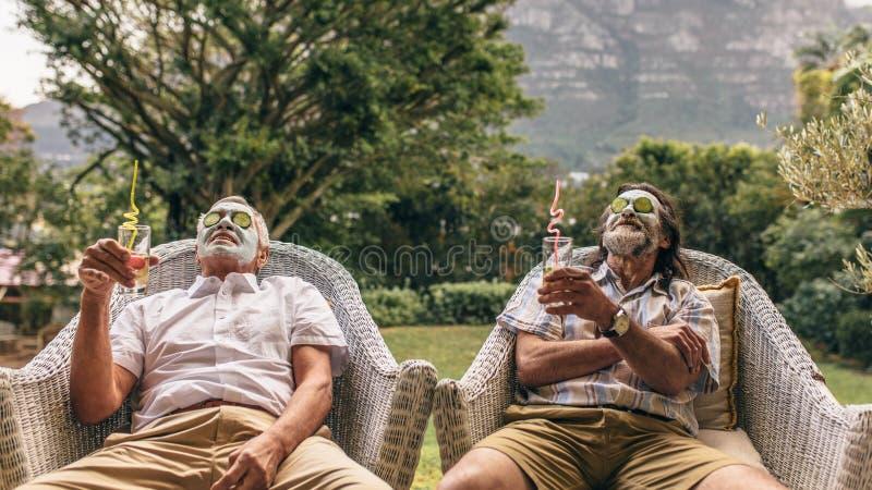 Amigos jubilados que disfrutan del tratamiento facial del balneario fotos de archivo libres de regalías