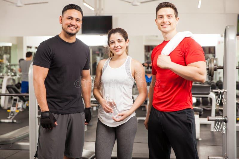 Amigos latino-americanos prontos para exercitar em um gym imagem de stock