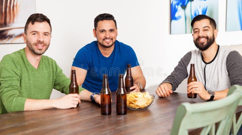 Amigos latinos que penduram para fora em casa imagens de stock royalty free