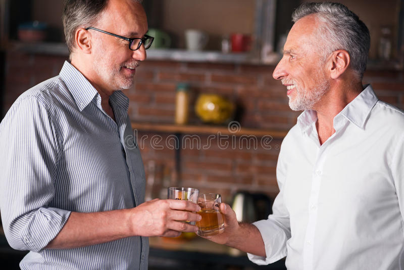 Amigos masculinos felices que se encuentran después de tiempo largo imágenes de archivo libres de regalías