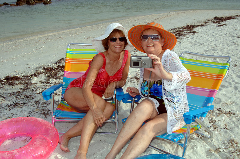 Amigos mayores en la playa fotografía de archivo libre de regalías