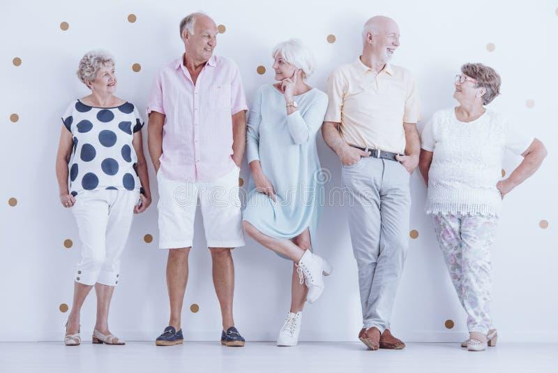 Amigos mayores que llevan la ropa casual foto de archivo