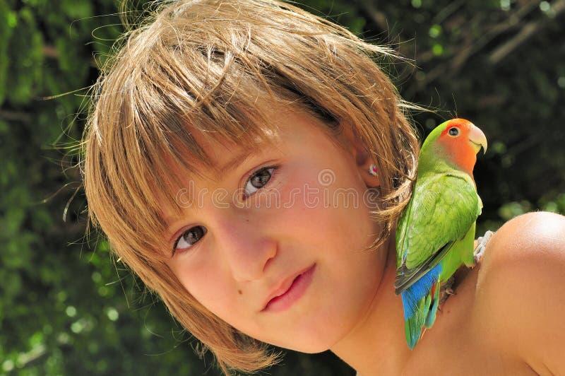 Amigos - menina com Parakeet imagem de stock