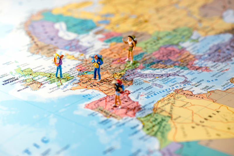 Amigos miniatura que planean viaje euro Foto macra fotos de archivo libres de regalías