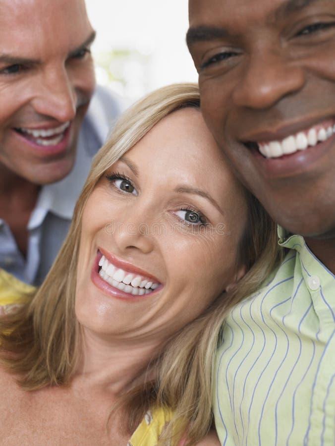 Amigos multiétnicos alegres fotos de archivo