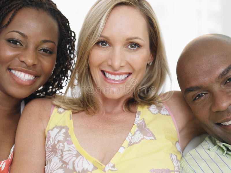 Amigos multiétnicos alegres fotografía de archivo