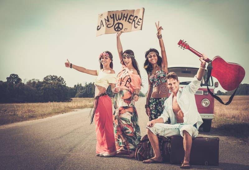 amigos Multi-étnicos da hippie em uma viagem por estrada foto de stock