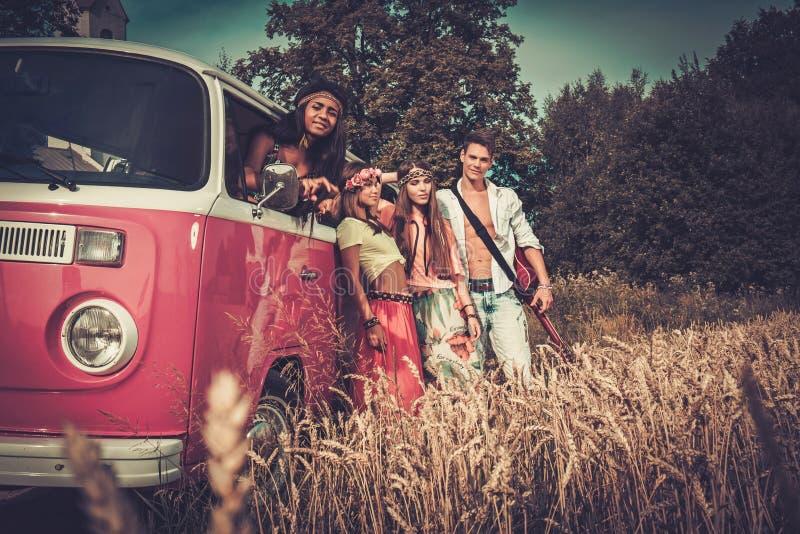 amigos Multi-étnicos del hippie con la guitarra en un viaje por carretera fotografía de archivo libre de regalías