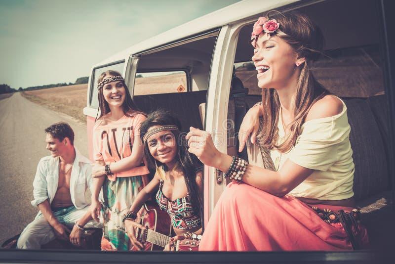 amigos Multi-étnicos del hippie en un viaje por carretera foto de archivo