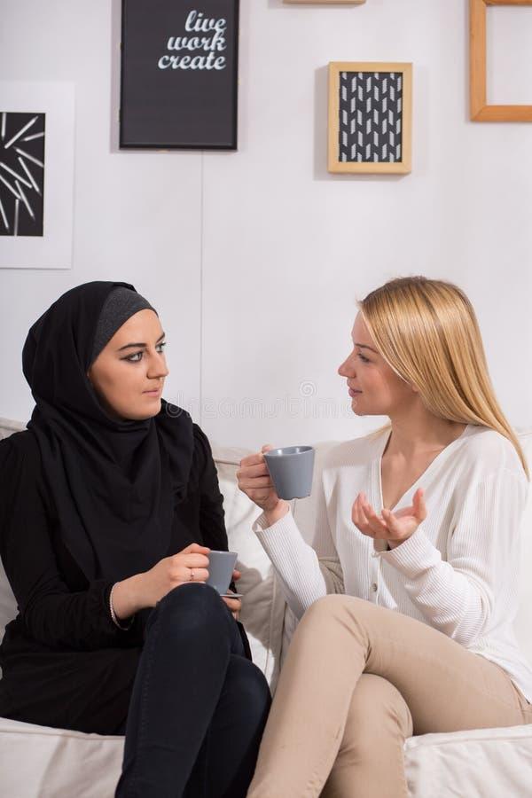 Amigos multiculturais que bebem o café imagens de stock