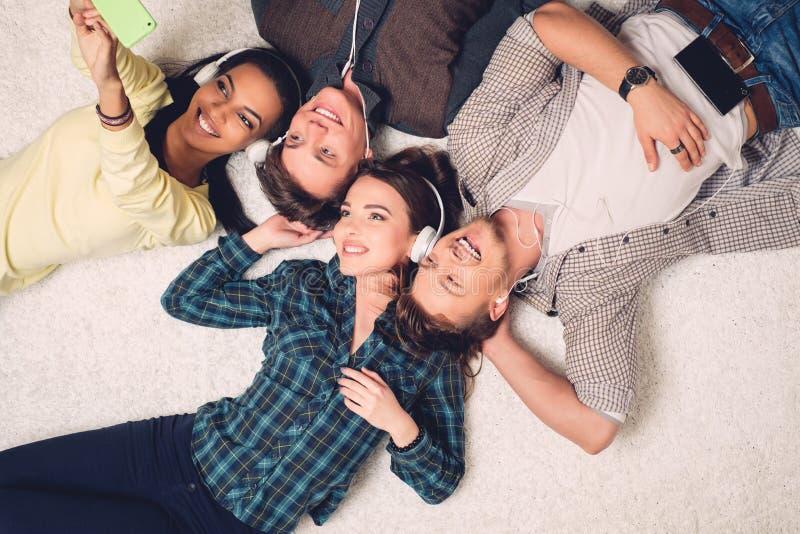 Amigos multirraciais felizes que tomam o selfie fotografia de stock