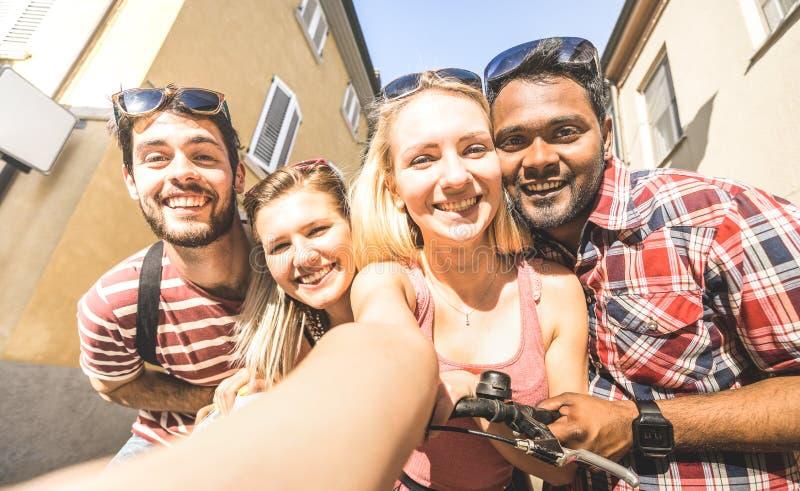 Amigos multirraciais que tomam povos de Millenial do selfie fora - conceito feliz da amizade com os estudantes novos que têm o di imagens de stock royalty free