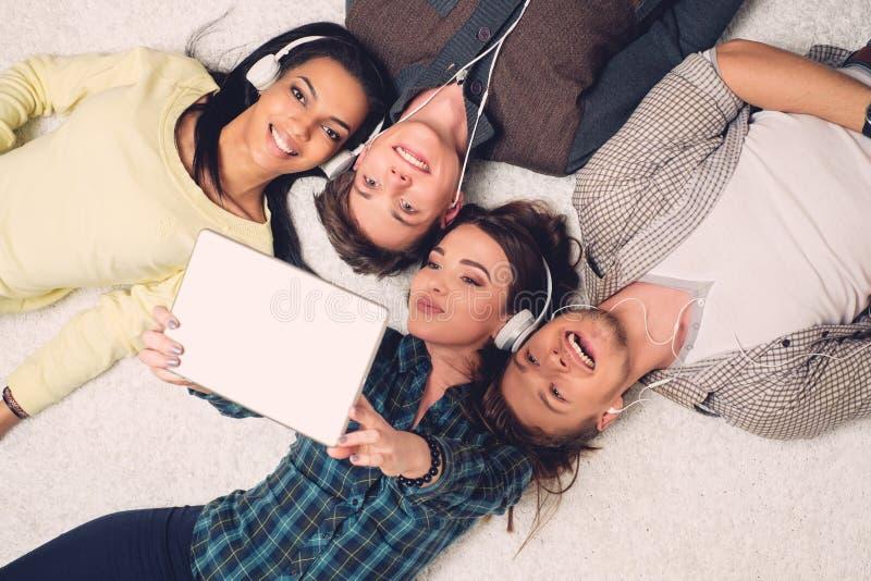 Amigos multirraciales felices que toman el selfie fotografía de archivo libre de regalías