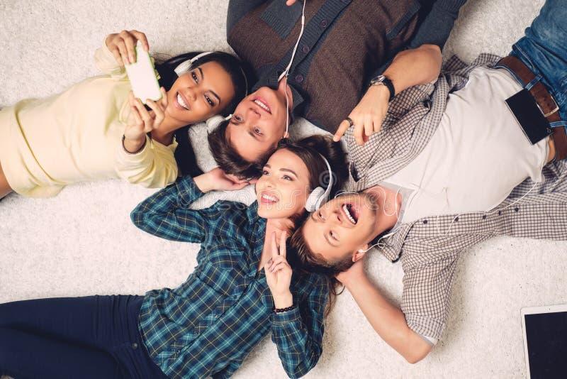 Amigos multirraciales felices que toman el selfie imagenes de archivo