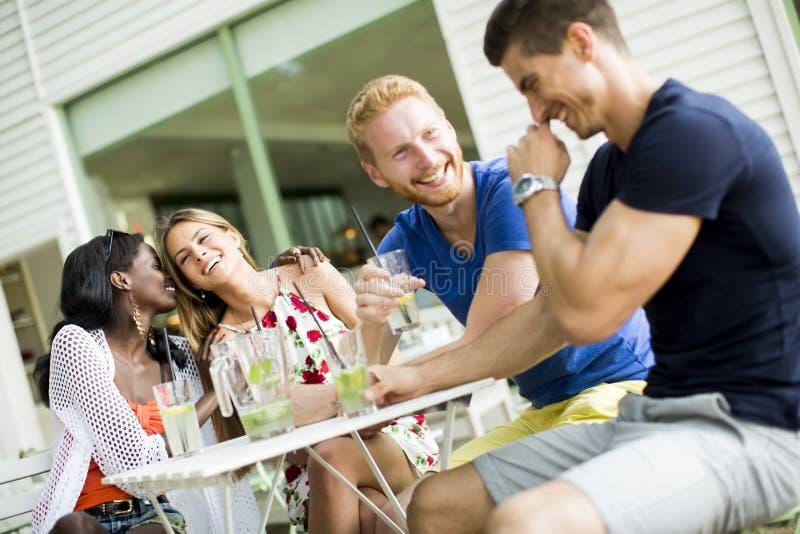 Amigos multirraciales jovenes en el café imagen de archivo libre de regalías