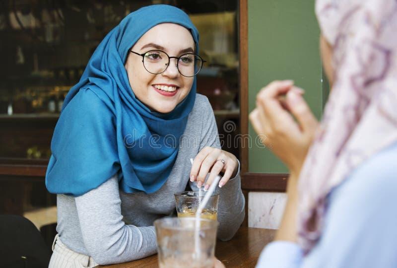 Amigos musulmanes que se encuentran en un poco de café imagenes de archivo