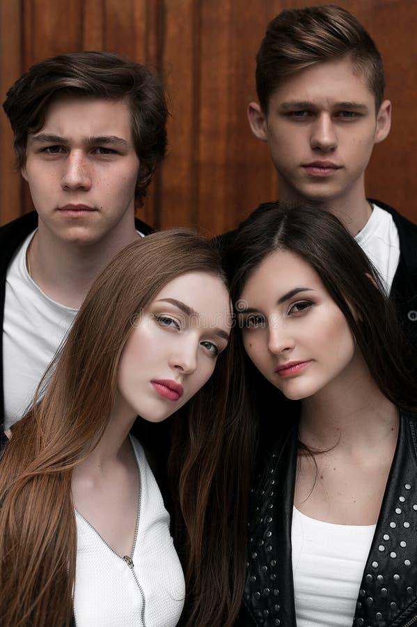 Amigos na moda elegantes novos fora, vestindo a roupa preto e branco imagem de stock