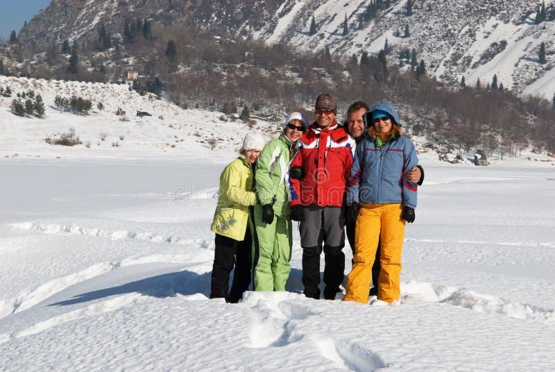 Amigos na montanha do inverno fotos de stock