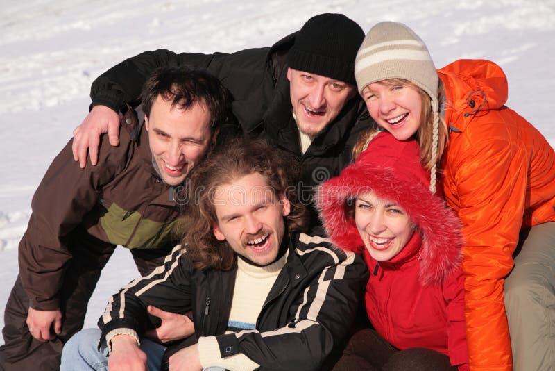 Amigos na neve do inverno fotos de stock royalty free