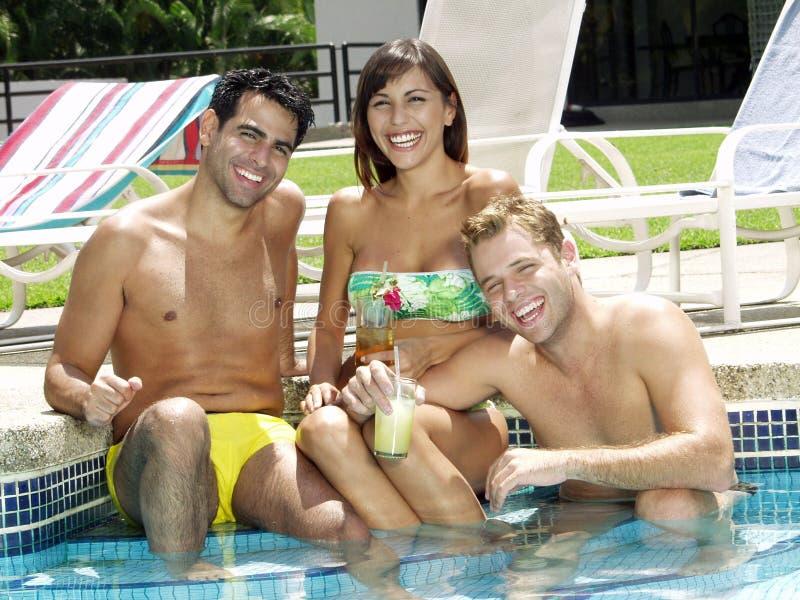 Amigos na piscina. fotos de stock