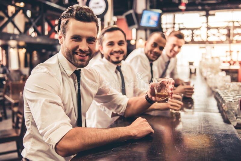Amigos no bar foto de stock royalty free