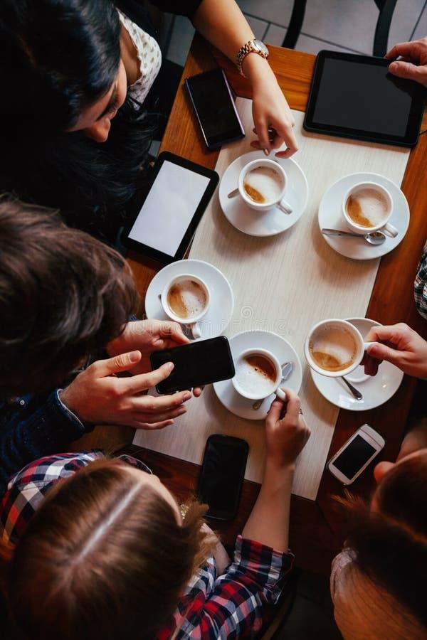Amigos no café bebendo do café foto de stock