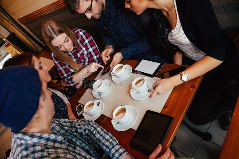 Amigos no café bebendo do café foto de stock royalty free