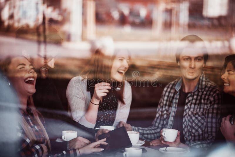 Amigos no café bebendo do café imagem de stock royalty free