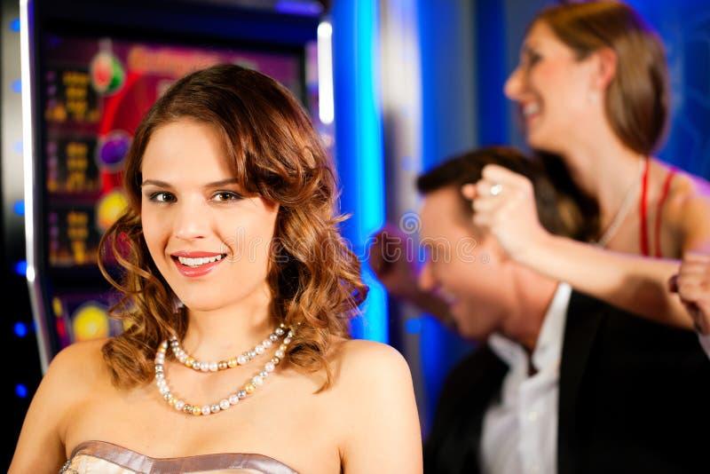 Amigos no casino fotografia de stock royalty free