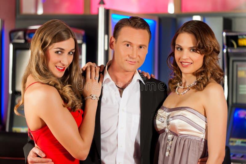 Amigos no casino imagens de stock royalty free