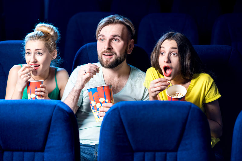 amigos no cinema imagens de stock royalty free