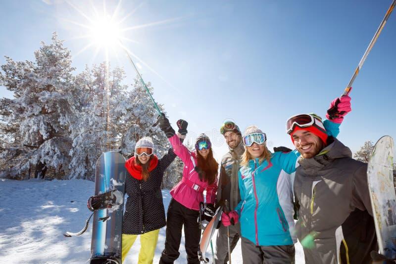 Amigos no esqui da montanha fotos de stock royalty free