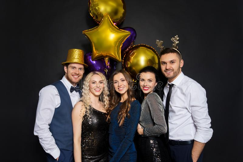 Amigos no partido do Natal ou do ano novo fotografia de stock