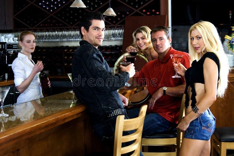 Amigos no pub fotos de stock royalty free