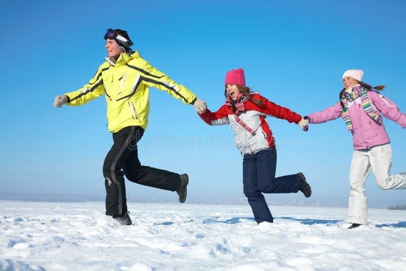 Amigos no recurso do inverno fotografia de stock