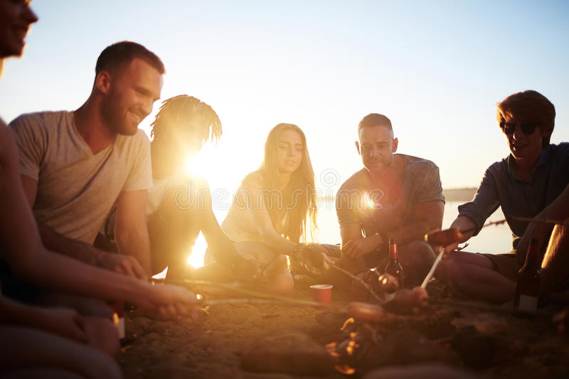 Amigos no Sandy Beach fotografia de stock