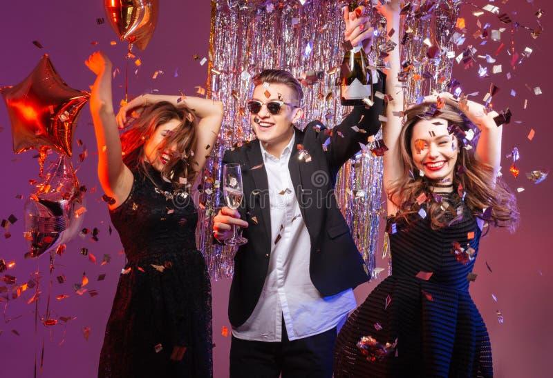 Amigos novos alegres entusiasmado que dançam e que têm o partido fotografia de stock