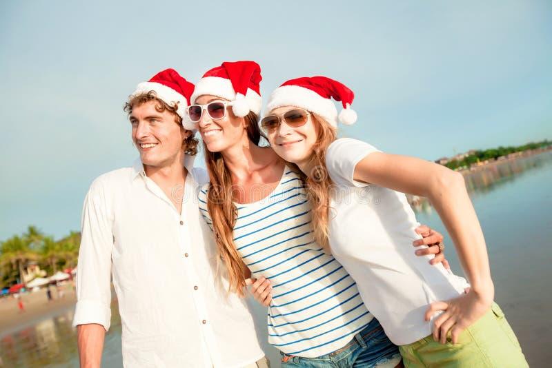Amigos novos alegres que comemoram o Natal em fotos de stock royalty free
