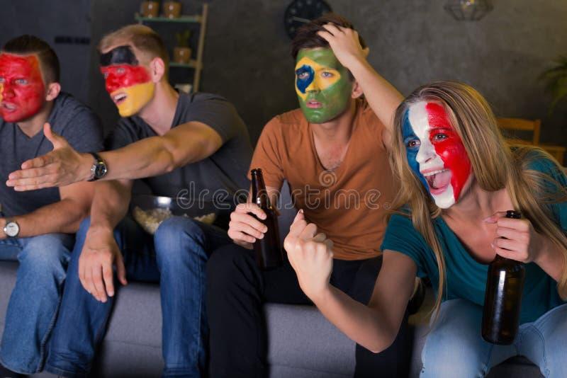 Amigos novos com caras coloridas foto de stock