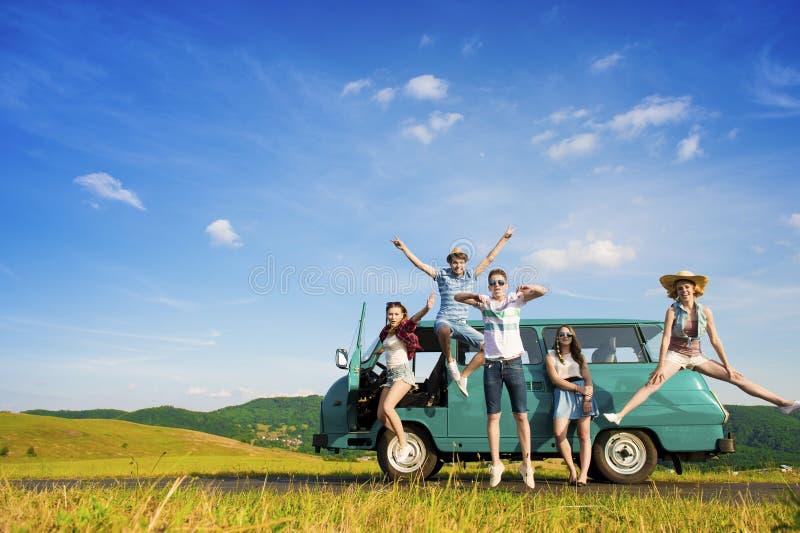Amigos novos do moderno na viagem por estrada imagem de stock royalty free
