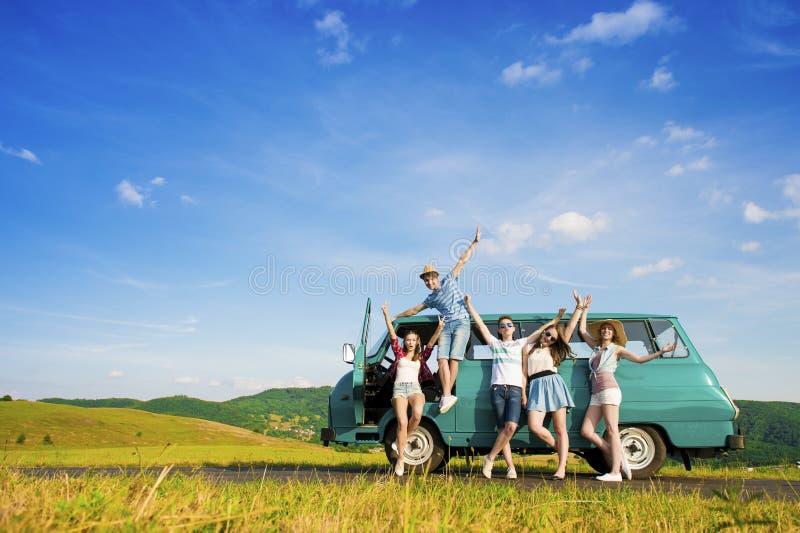 Amigos novos do moderno na viagem por estrada fotos de stock