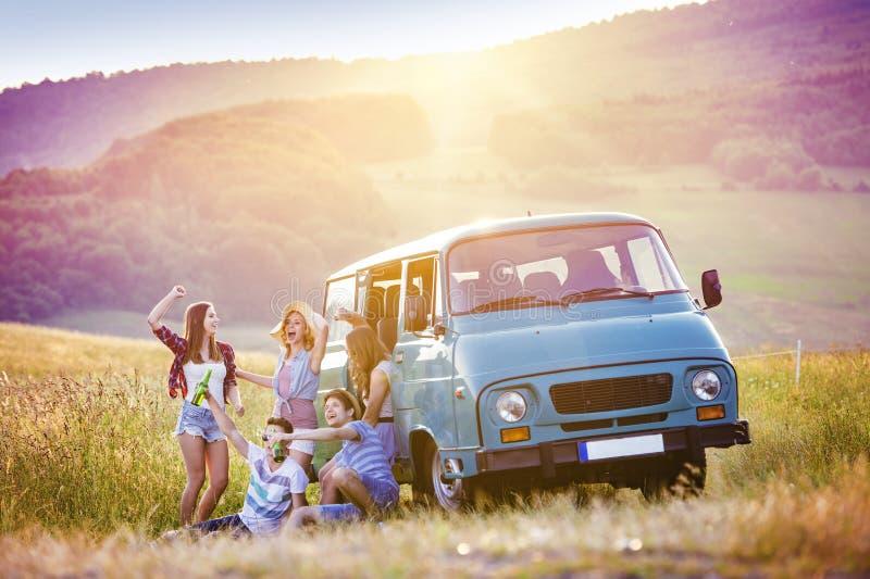 Amigos novos do moderno na viagem por estrada fotos de stock royalty free